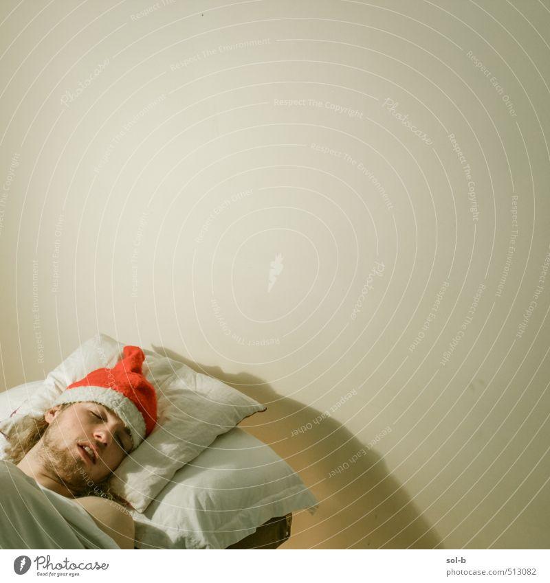Mensch Jugendliche Weihnachten & Advent Erholung Junger Mann 18-30 Jahre Erwachsene Wand Mauer lustig Feste & Feiern Party liegen Arbeit & Erwerbstätigkeit maskulin Häusliches Leben