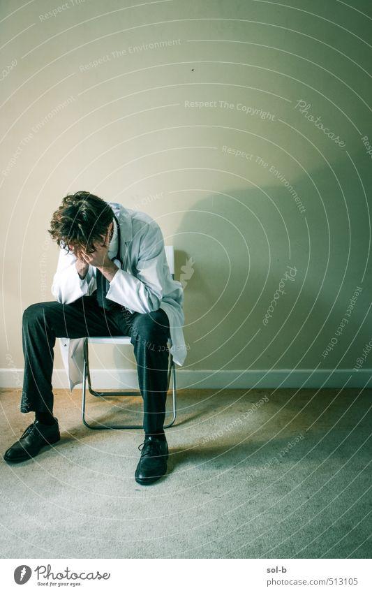 Mensch Jugendliche Einsamkeit Junger Mann Erwachsene Leben feminin Tod Denken Gesundheit Arbeit & Erwerbstätigkeit Gesundheitswesen sitzen trist Trauer Beruf