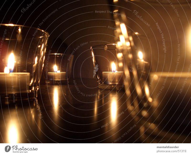 romantischer Schimmer dunkel Glas Kerze Flamme Wachs Teelicht