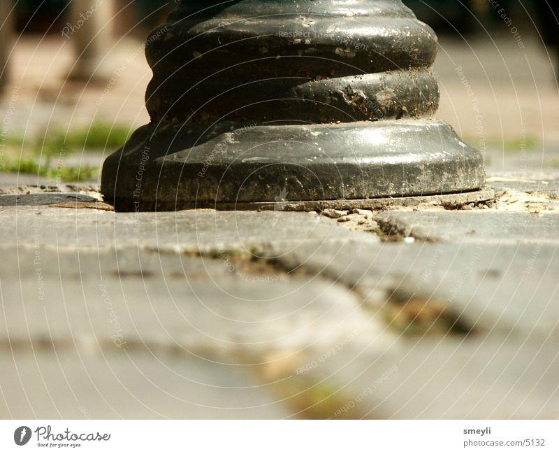 unten ist metall schöner als oben Granit Stein Bodenbelag Metall Pfosten boller Pflastersteine