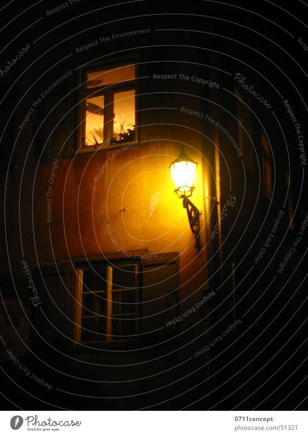 Mitternacht in Nürtingen alt ruhig Haus schwarz Straße dunkel Fenster Traurigkeit Wege & Pfade Gebäude Regen Beleuchtung Angst schlafen Trauer