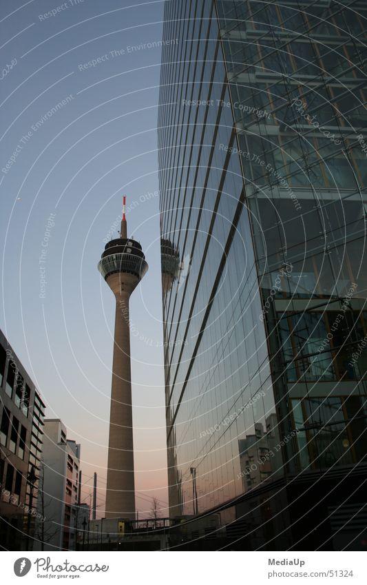 Fernsehturm - Rheinturm Düsseldorf Dämmerung Hochhaus Fassade Gebäude Arbeit & Erwerbstätigkeit bilk unterbilk Glas Business