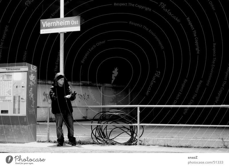 Wait . . . Mann weiß ruhig schwarz dunkel Freiheit grau warten Zaun Station Garage Schlauch Osten Automat Viernheim