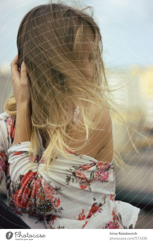 Wind Freude schön Haare & Frisuren Haut Sommer Mensch Jugendliche 1 18-30 Jahre Erwachsene Himmel Stadt Gebäude Dach Mode T-Shirt genießen Blick sitzen Freiheit