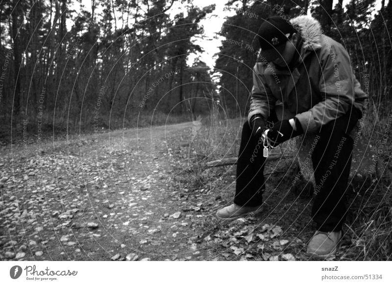 Gib nicht auf . . . Trauer ruhig Mann Baseballmütze Wald weiß Außenaufnahme Porträt Hose Blatt Herbst Traurigkeit warten silber schwarz grau kappe Wege & Pfade