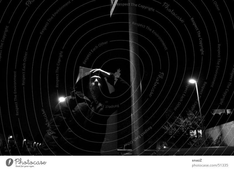 Umut  . . . Himmel Mann weiß ruhig schwarz dunkel Herbst grau Lampe Kraft Jacke Station