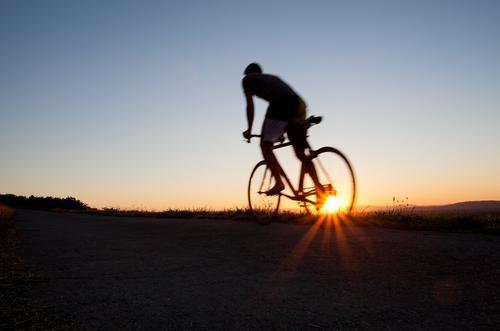 auf dem Weg nach oben Mensch Himmel Natur Jugendliche Ferien & Urlaub & Reisen Mann Sonne Freude Junger Mann Erwachsene Berge u. Gebirge Wärme Sport Freiheit