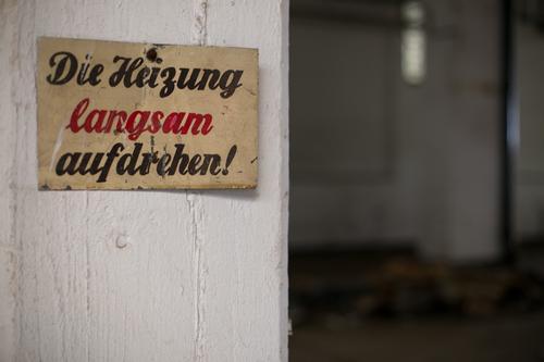 ut ruhrgebiet | mir is aber kalt. rot Winter schwarz Wärme Wand Herbst Mauer grau Fassade Büro Häusliches Leben Energiewirtschaft Schilder & Markierungen