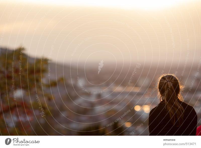Weitblick Lifestyle Stil Ferien & Urlaub & Reisen Tourismus Ferne Sightseeing Städtereise Mensch feminin Frau Erwachsene Kopf 1 Himmel Herbst Hügel Stadt