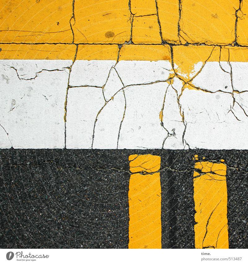 Bruchstück Verkehr Verkehrswege Straße Wege & Pfade Wegkreuzung Verkehrszeichen Verkehrsschild Asphalt Teer Linie Streifen kaputt trashig gelb schwarz weiß