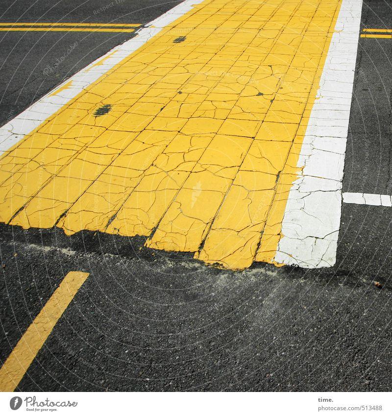 Breitband weiß gelb Straße Wege & Pfade grau dreckig Verkehr Ordnung verrückt bedrohlich Idee Vergänglichkeit Schutz Sicherheit Fahrradfahren Asphalt