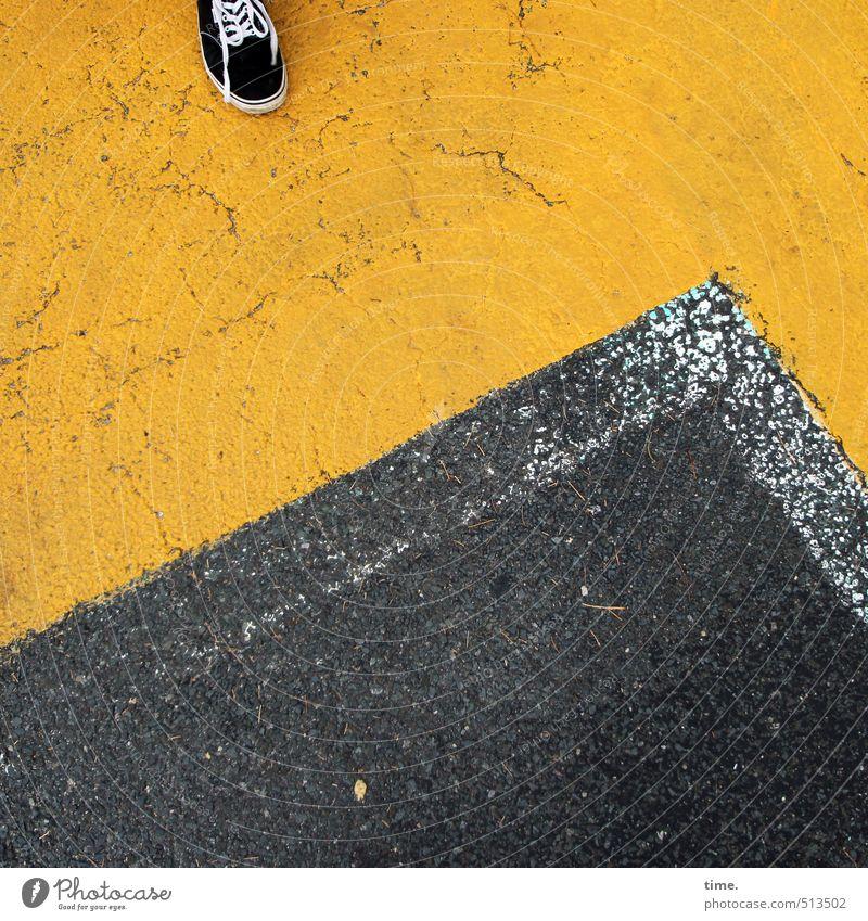 Standpunkt Fuß 1 Mensch Verkehr Verkehrswege Straße Wege & Pfade Parkplatz Schuhe Turnschuh Schilder & Markierungen Ecke stehen gelb grau Entschlossenheit