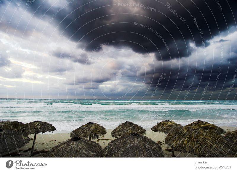 hurricane im anflug Sandstrand Wetter Wolken Meer Strand Sonnenschirm türkis Ferien & Urlaub & Reisen Kuba Varadero Regen Himmel dunkel Wellen grau