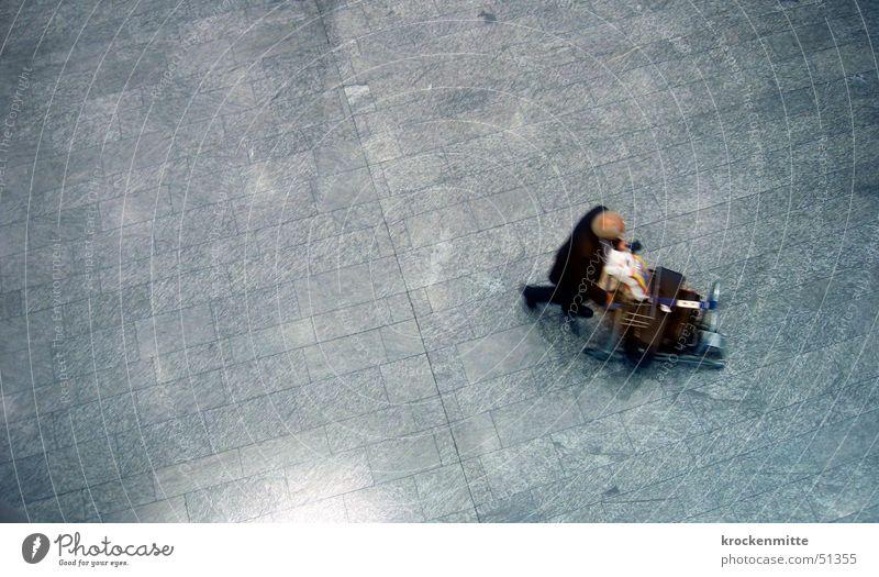last call Koffer Ferien & Urlaub & Reisen Vogelperspektive schieben Gepäck Mann Bewegungsunschärfe Flughafen Bodenbelag gepäckwagen man luggage baggage