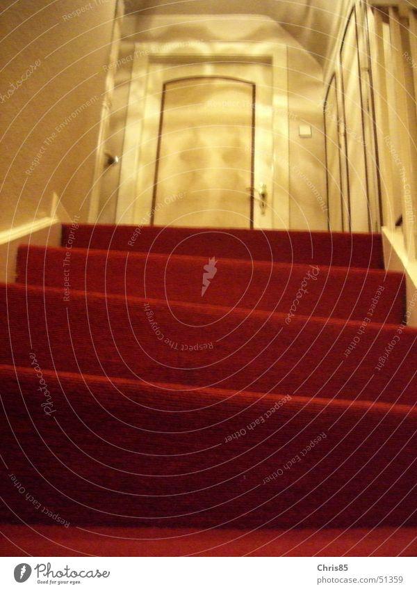 rote Treppe Haus aufsteigen Licht oben Schatten Tür