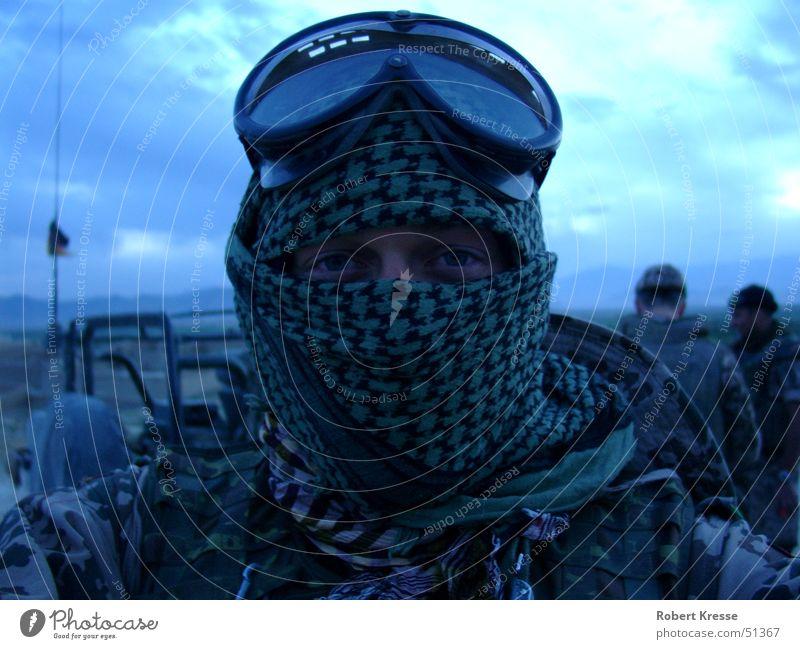 Einsatz in Afghanistan Himmel Mann blau grün Erwachsene Ferne Auge kalt Traurigkeit Kraft Angst außergewöhnlich natürlich authentisch Abenteuer Coolness
