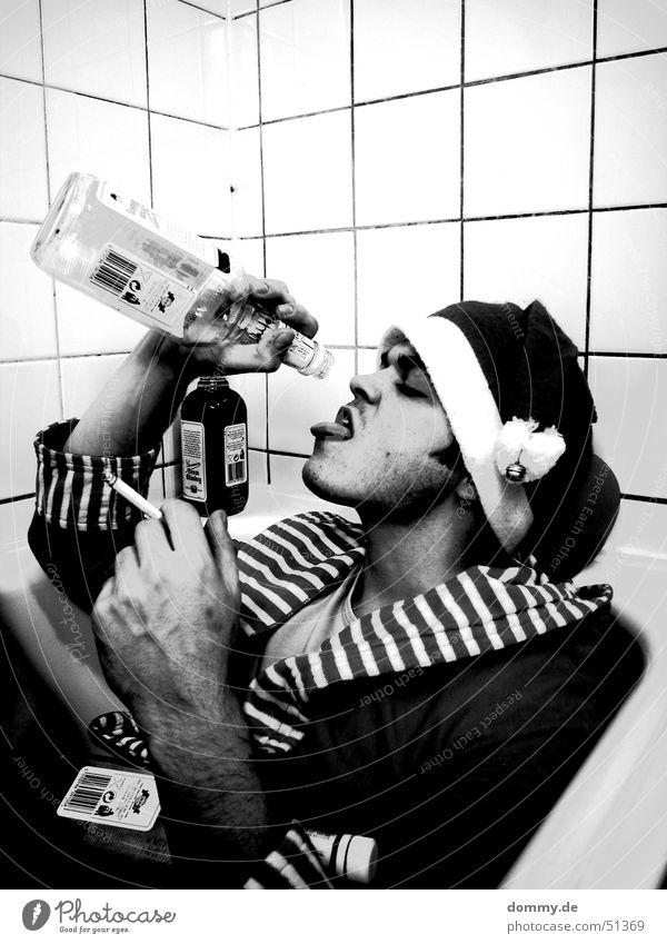 ... und morgen wieder in den kindergarten! Mann weiß schwarz Erwachsene sitzen Mund liegen Nase außergewöhnlich Gesicht Tropfen trinken Bad Rauchen Mensch Badewanne