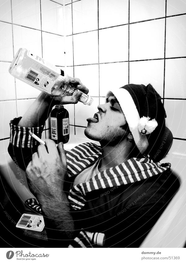 ... und morgen wieder in den kindergarten! trinken Alkohol Rauchen Badewanne Mann Erwachsene Nase Mund Mütze liegen sitzen schwarz weiß Sorge Frustration