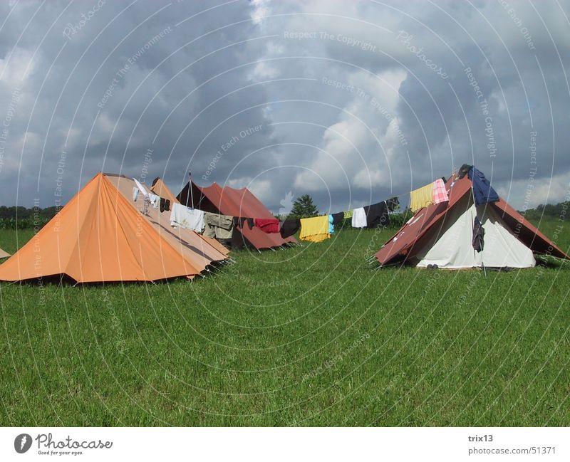 lagerleben Zelt Wolken Wäscheleine schlechtes Wetter grau Unwetter Camping Himmel orange gründ mehrfarbig Gewitter Regen Lager
