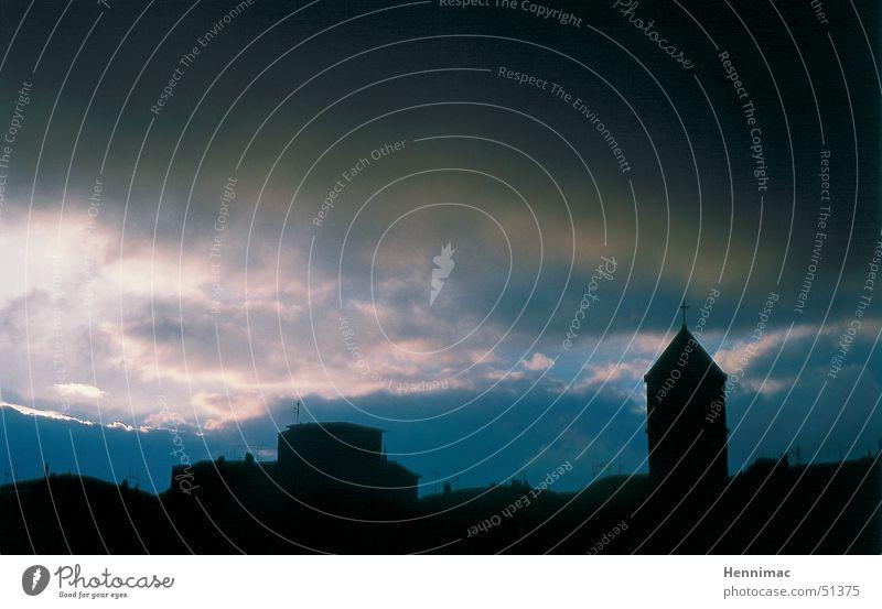 Elba Himmel blau Stadt schwarz Wolken dunkel Traurigkeit Regen Stimmung Angst Trauer trist Dach bedrohlich Turm Dorf