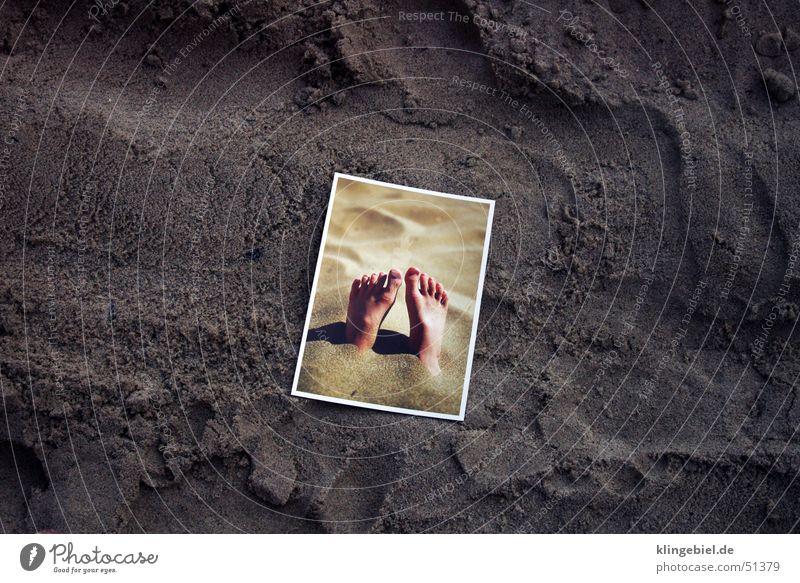 Postkarte mit Füßen im Sand am Sandstrand Wasser Meer Strand