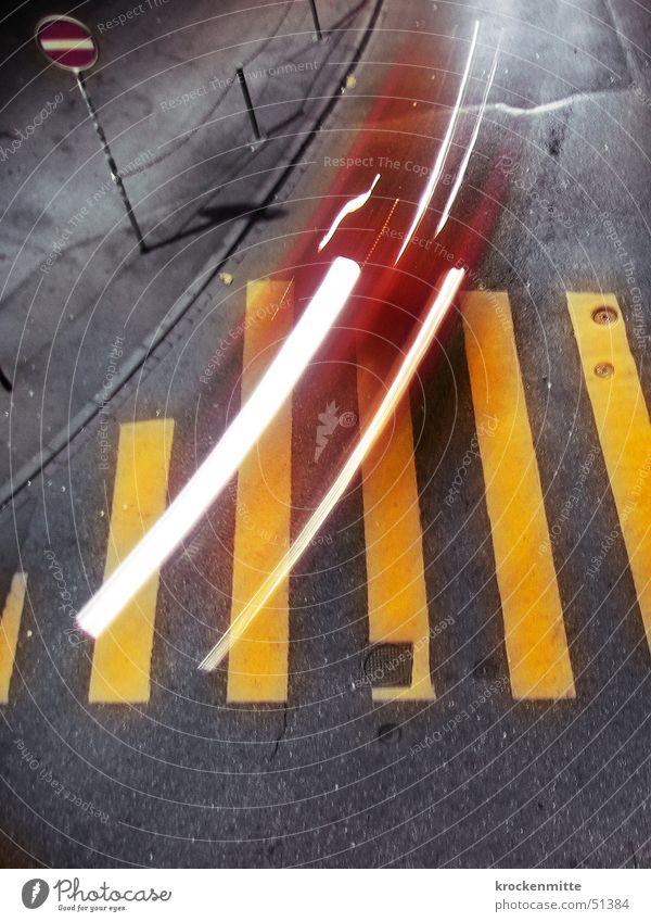 fussgängervortritt Zebrastreifen gelb rot Langzeitbelichtung Verkehr Nacht Einbahnstraße grau Lichtschweif Stadt Überqueren Bordsteinkante Verkehrsschild