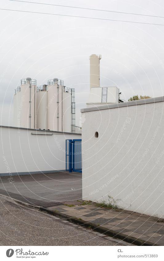 industrie Stadt Wolken Wand Straße Mauer Architektur Gebäude grau Arbeit & Erwerbstätigkeit Fassade Tür trist geschlossen Industrie Industriefotografie Fabrik