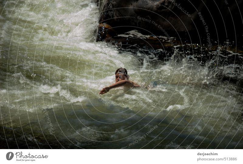 Ein Junge schwimmt in einem stark fließenden Fluß  . Im Hintergrund sind Felsen.  MossmanGeorge Freude Körper harmonisch Schwimmen & Baden Freizeit & Hobby
