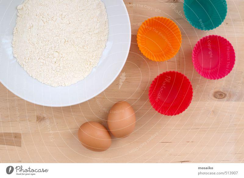 Backmuffins - Nahaufnahme von Mehl, Eiern und Muffinformen Lebensmittel Kuchen Süßwaren Feste & Feiern Essen Geburtstag lecker lustig mehrfarbig Zutaten