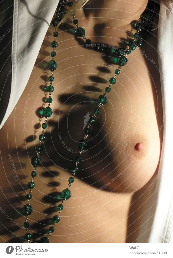 Nette Kette Frau Akt feminin Erotik nackt rund Frauenbrust Brust Schmuck Kette Hals Perle Halskette Bildausschnitt Anschnitt Brustwarze