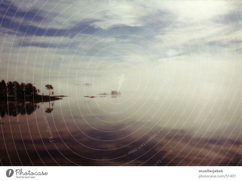 Morgennebel Nebel Wolken weiß See Wald ruhig Einsamkeit Spiegelbild Himmel blau Wasser Schweden Insel Ferne Glätte