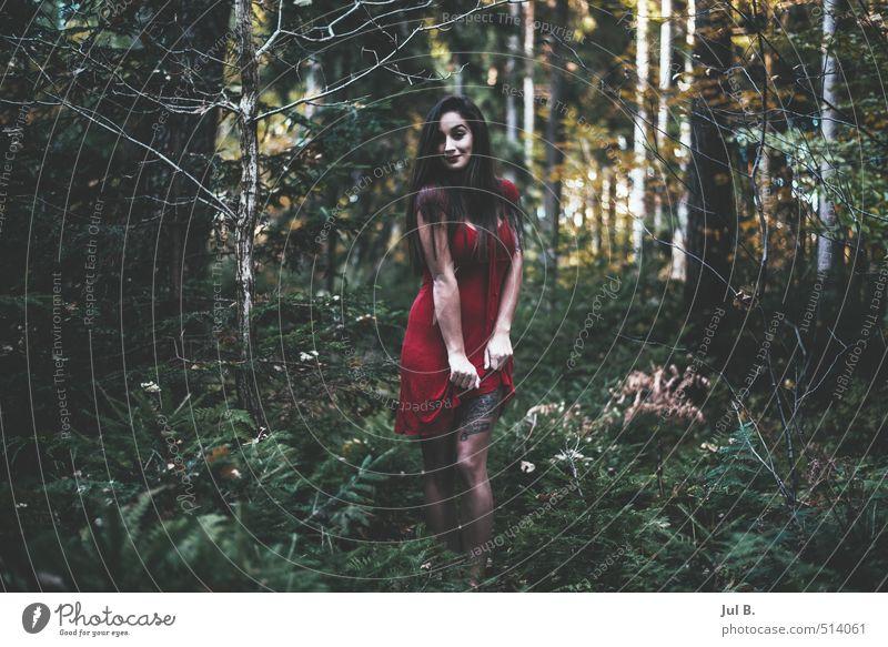 Bein zeigen I Mensch Natur Jugendliche Junge Frau 18-30 Jahre Erwachsene feminin Herbst berühren