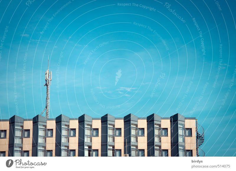 modernes wohnen Himmel Schönes Wetter Haus Gebäude Reihenhaus Antenne ästhetisch Sauberkeit Stadt blau grau Häusliches Leben Mobilfunk Blauer Himmel