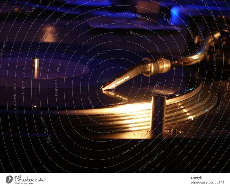 töne von der scheibe Plattenspieler Plattenteller Schallplatte Hiphop Techno Diskjockey liegen Tonabnehmer Popmusik Disco Club Veranstaltung Krach Handzettel