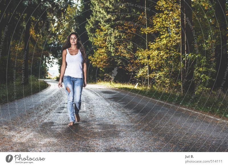 Blue jeans white shirt Mensch Natur Jugendliche Junge Frau 18-30 Jahre Wald Erwachsene Straße feminin Stimmung Körper gefährlich