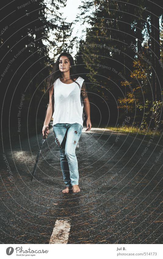 gefährlich feminin Junge Frau Jugendliche 1 Mensch 18-30 Jahre Erwachsene Umwelt Natur Klima Baum Wald Stimmung Farbfoto Außenaufnahme Tag