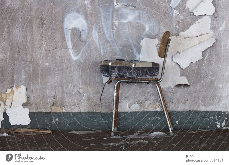 ut ruhrgebiet | sit down and listen alt Stadt Farbe Wand Mauer grau Holz Stein Metall braun dreckig sitzen kaputt retro Kabel Baustelle
