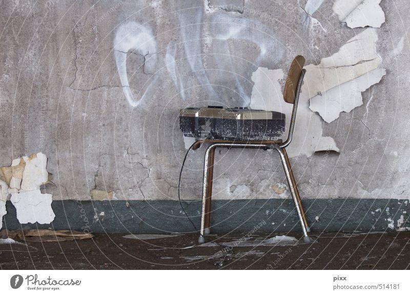 ut ruhrgebiet | sit down and listen Renovieren Möbel Stuhl Tapete Baustelle Feierabend Radiogerät Unterhaltungselektronik Subkultur Musik hören
