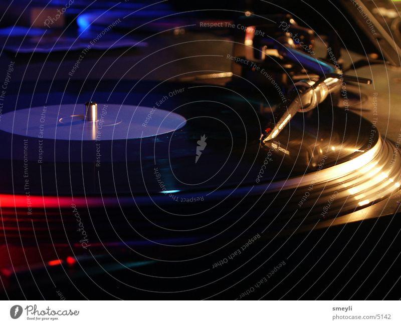 turntable 3/3 Plattenspieler Plattenteller Schallplatte Hiphop Techno Diskjockey liegen Tonabnehmer Popmusik Disco Club Veranstaltung Krach Handzettel Konzert