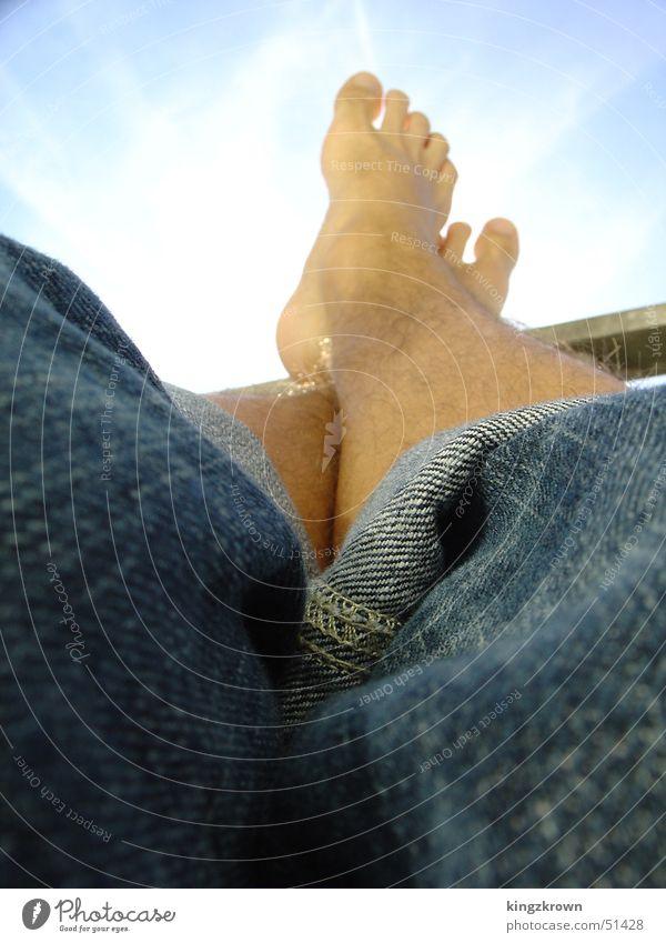 Relaxen Himmel Sonne blau Ferien & Urlaub & Reisen ruhig Erholung Haare & Frisuren Fuß Jeanshose Männerbein hochkrempeln Füße hoch