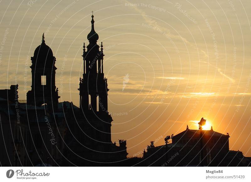 Dresden bei Sonnenuntergang Farbfoto Menschenleer Abend Dämmerung Sonnenaufgang Totale Deutschland Europa Stadt Altstadt Skyline Kirche Dom Burg oder Schloss