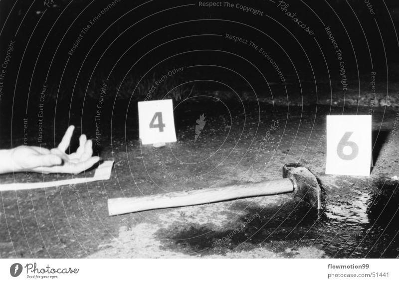 Tatort Werkzeug hart schwer Hand Kriminalität Ziffern & Zahlen Schilder & Markierungen Blutrausch Leiche Mörder Täter brutal Ekel Nacht Hammer Mensch Tod