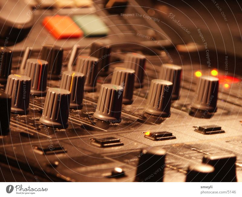 mix it baby - Mischpult Musik Technik & Technologie Niveau Disco Konzert Diskjockey Knöpfe live Musikmischpult Steuerelemente fade Regler Elektrisches Gerät