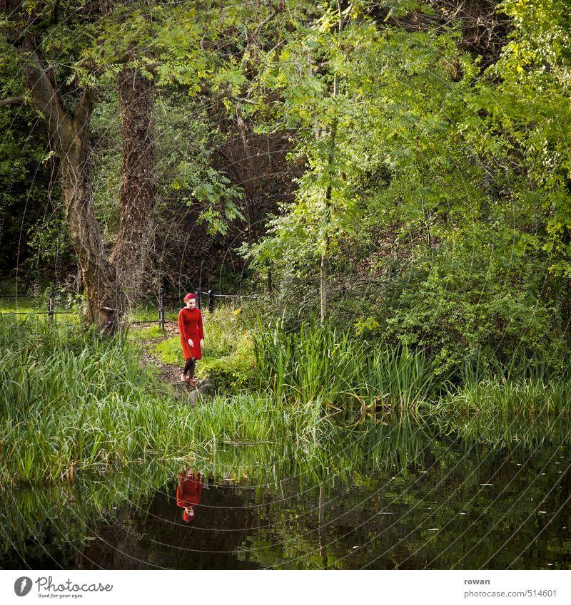 am See Mensch feminin Junge Frau Jugendliche Erwachsene Umwelt Natur Landschaft Seeufer ruhig Einsamkeit Kleid rot Reflexion & Spiegelung Baum Romantik einzeln