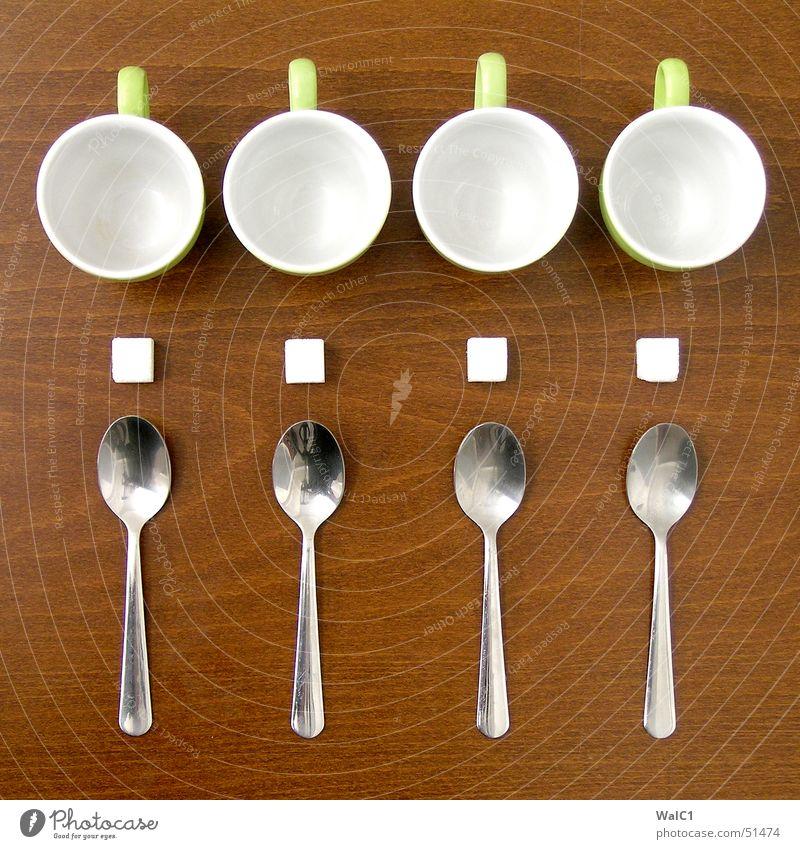 Auf die Plätze,... grün Holz Metall süß Kaffee Café Reihe Tasse Zucker Würfel Besteck Löffel Buche Maserung Keramik kredenzen