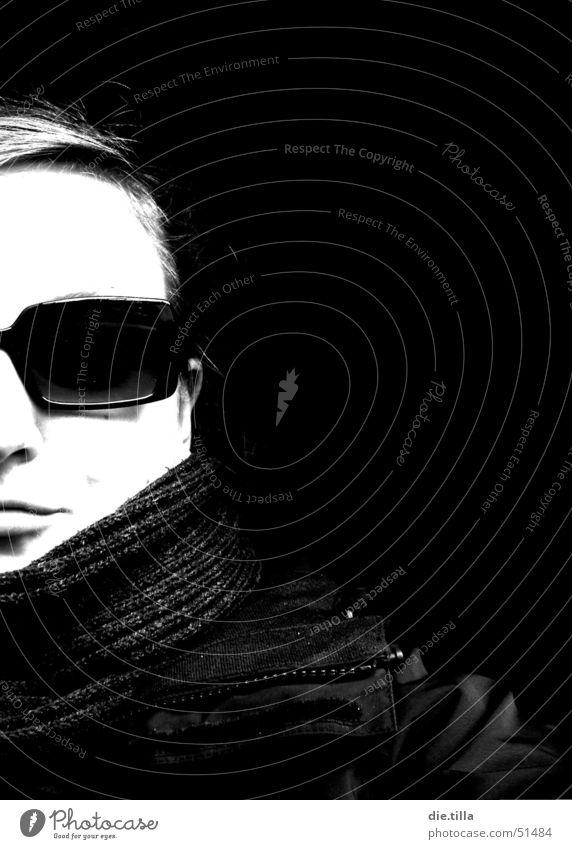 I wear my sunglasses at night... Frau weiß Sonne Winter Gesicht schwarz Auge Haare & Frisuren Mund Nase Ohr Jacke Sonnenbrille Hälfte ernst Schal