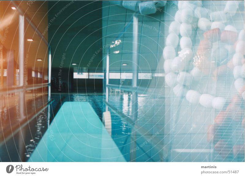 trau dich! blau springen Angst Schwimmbad Kette Holzbrett chaotisch unsicher überlagert