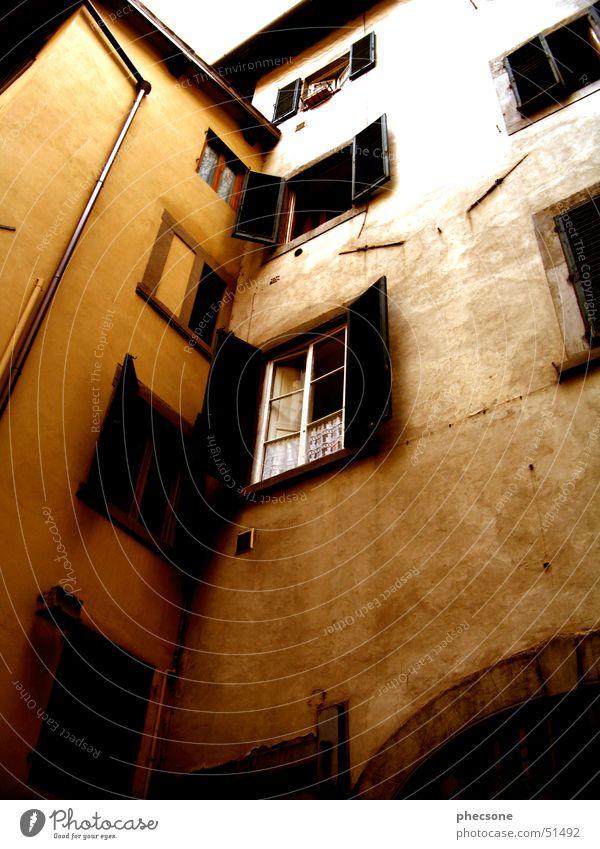 Finestra Toskana Florenz Europa Italien Haus Wand Fenster dreckig Außenaufnahme Vergänglichkeit tuscany old town location shot florence Altstadt alt window