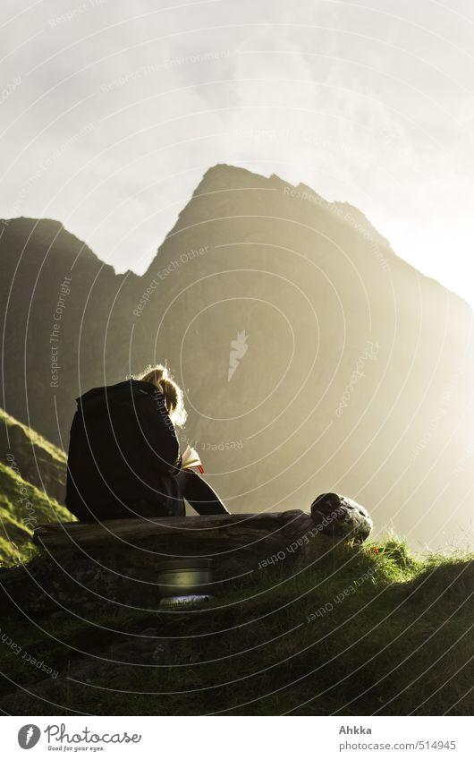 Outdoorwohnzimmer harmonisch Zufriedenheit Erholung ruhig Meditation Abenteuer Ferne Freiheit Junge Frau Jugendliche Leben Rücken Natur Berge u. Gebirge Gefühle