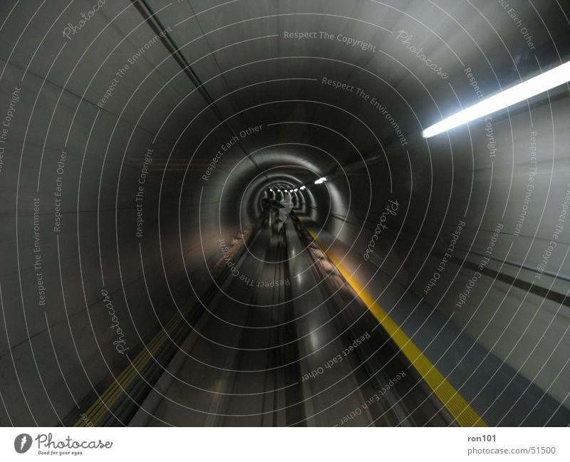 U-Bahnh schwarz dunkel Wand grau Eisenbahn Geschwindigkeit fahren Gleise Tunnel Flughafen Dynamik Kurve Neonlicht